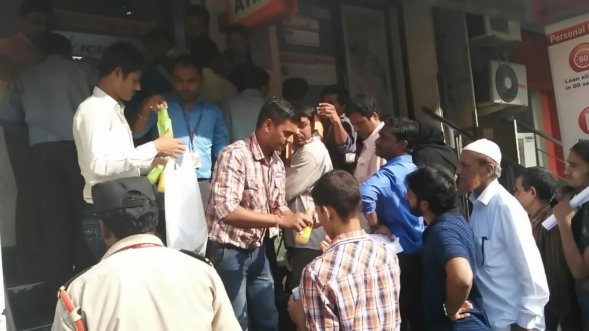 RT @Rakesh_Biyani: Team #BigBazaar serving juice to citizens waiting in Ques outside Banks.. https://t.co/kPpHTbSEeg